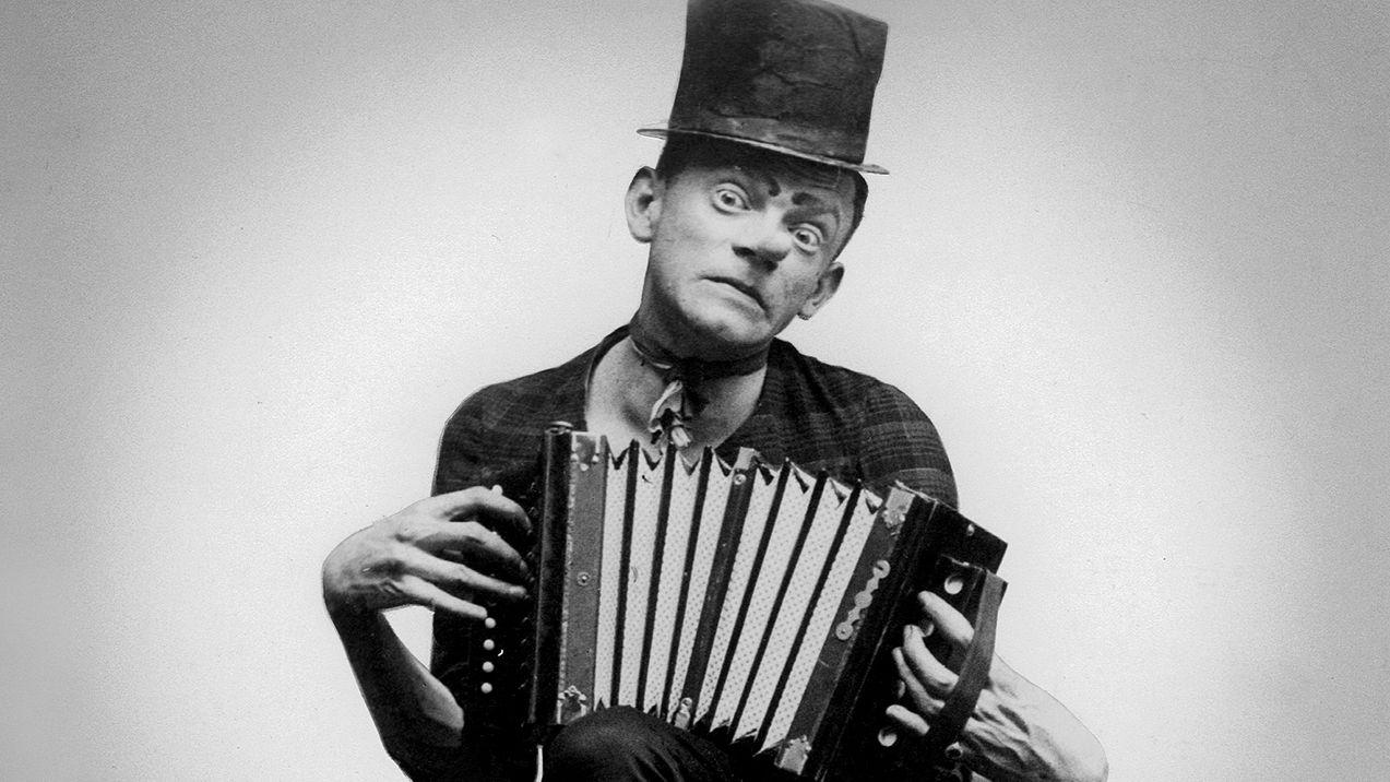 Der Münchner Volkskomiker Karl Valentin mit Akkordeon