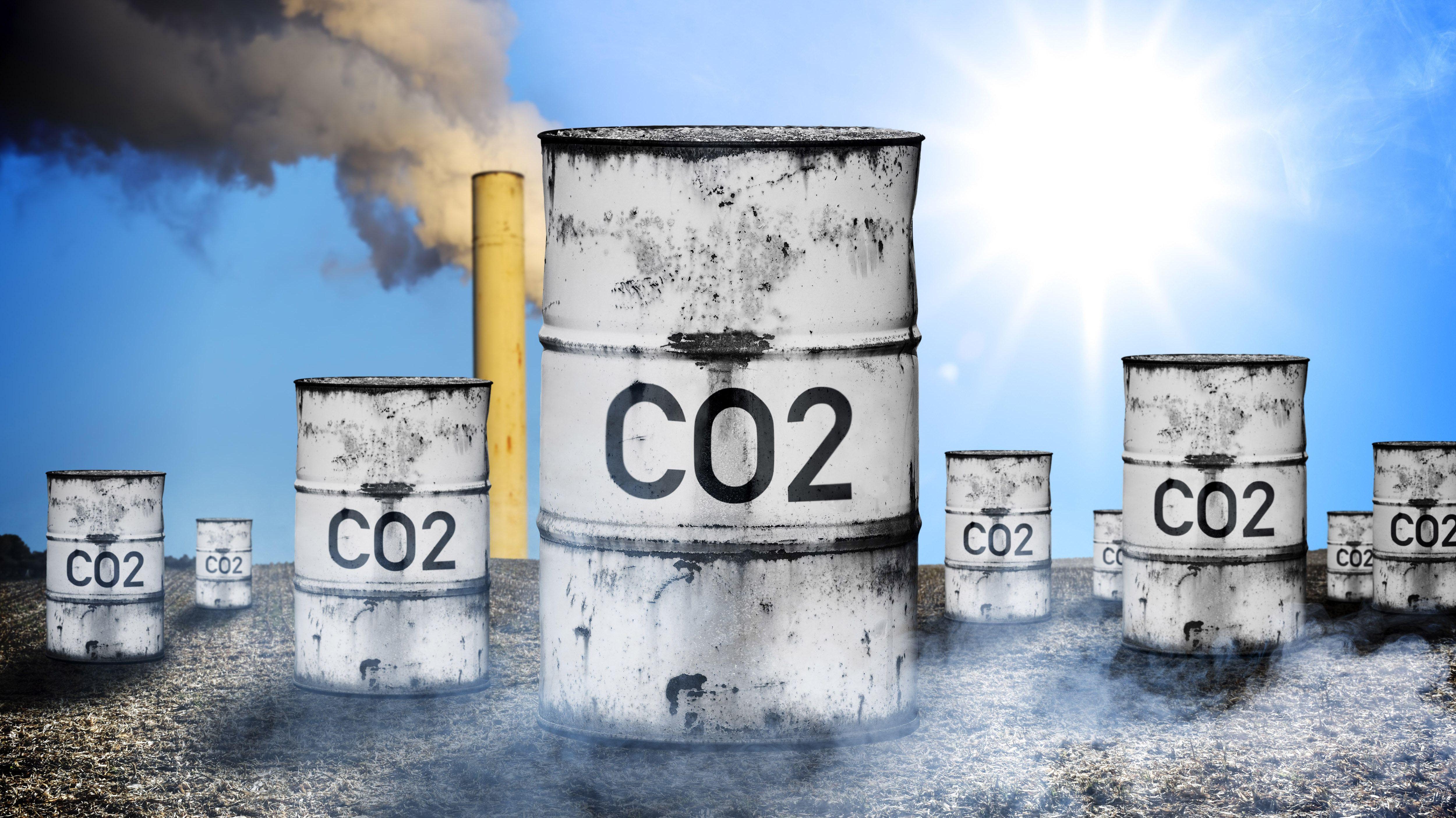 Tonnen mit Aufschrift CO2 (Fotomontage)