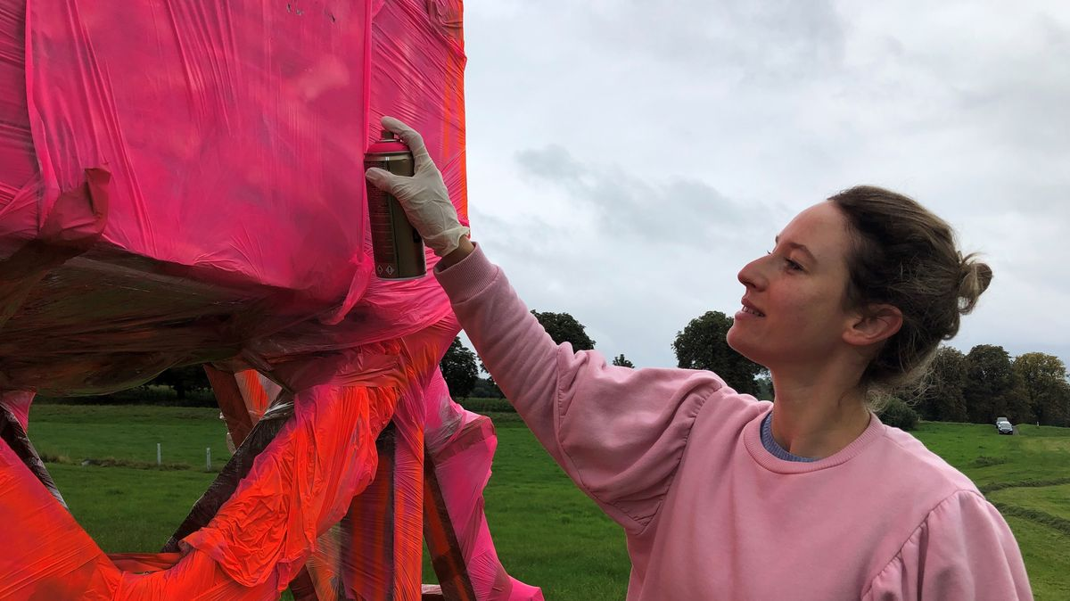 Eine Künstlerin arbeitet an ihrem Hochsitz-Projekt