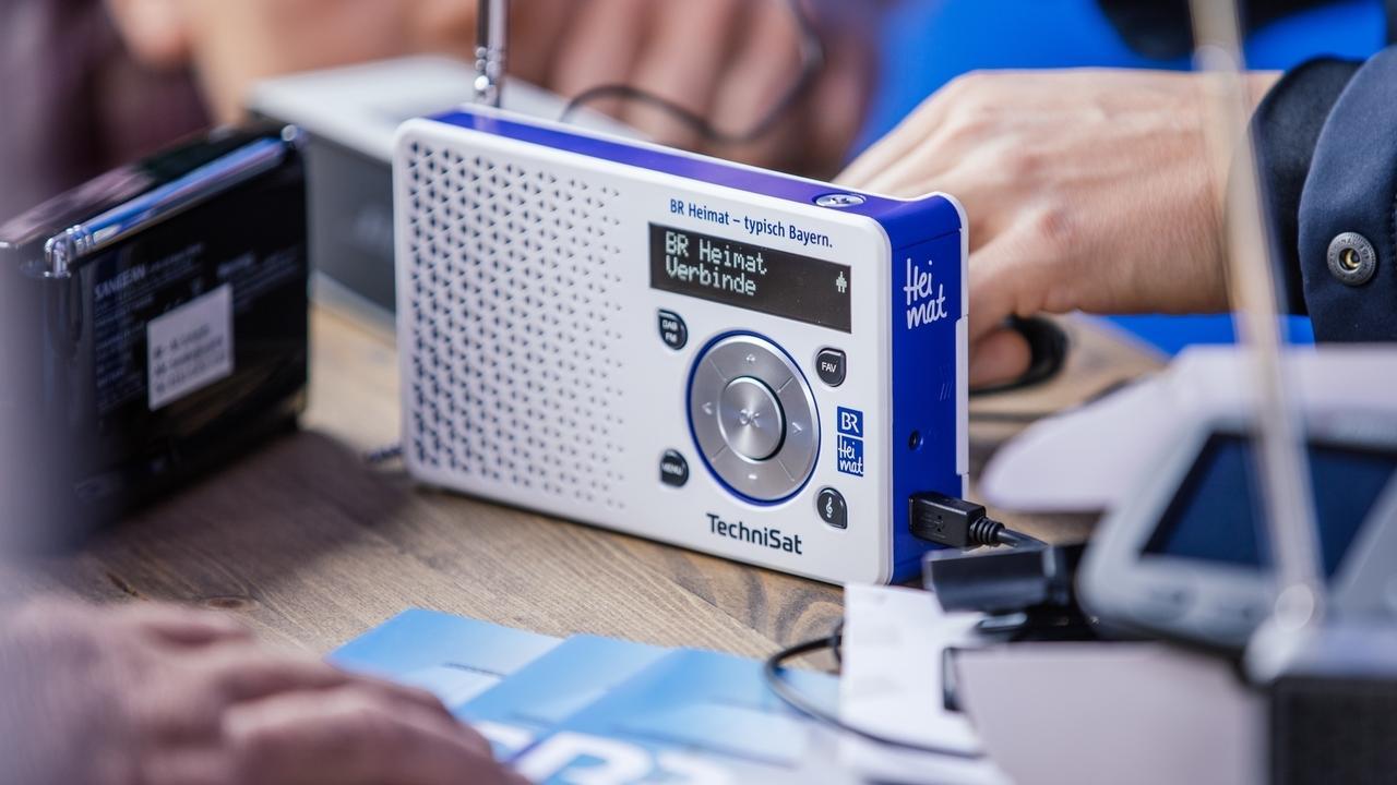 Mit einem Digitalradio können Radioprogramme in bester Qualität empfangen werden.