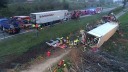 Schwerer Lkw-Unfall auf der A8   Bild:FDLnews - Hans Lamminger