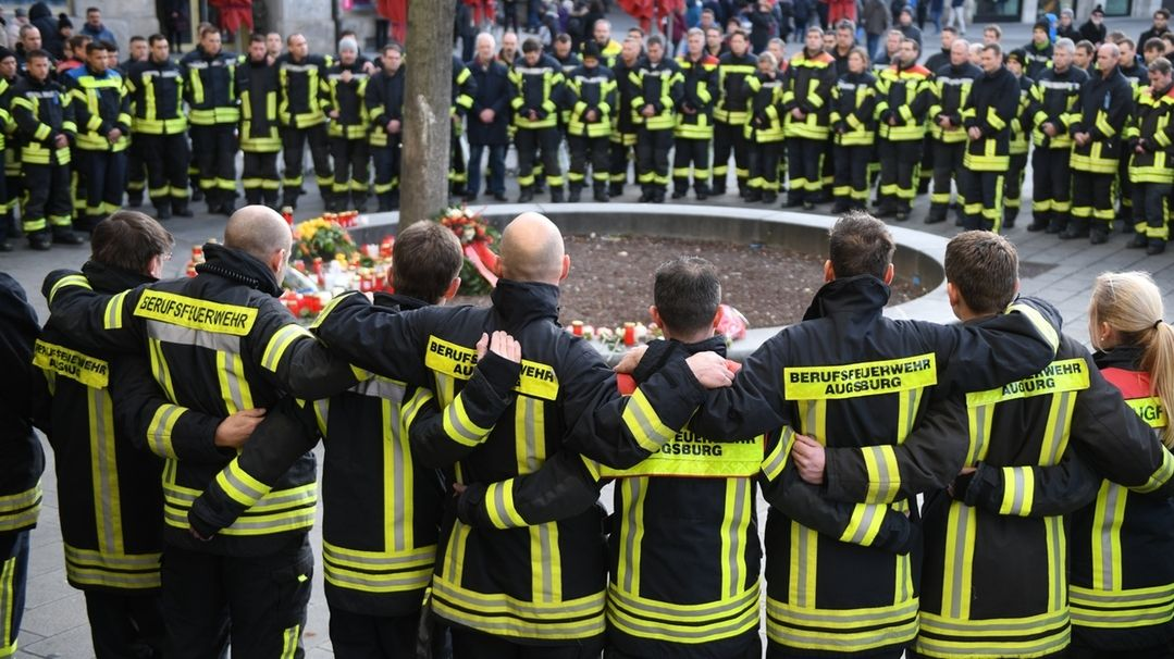 Rund 100 bis 150 Feuerwehrmänner und -Frauen fanden sich am Tatort ein und trauerten um ihren getöteten Kollegen.