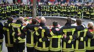 Rund 100 bis 150 Feuerwehrmänner und -Frauen fanden sich am Tatort ein und trauerten um ihren getöteten Kollegen.  | Bild:dpa-Bildfunk