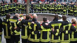 Rund 100 bis 150 Feuerwehrmänner und -Frauen fanden sich am Tatort ein und trauerten um ihren getöteten Kollegen.    Bild:dpa-Bildfunk
