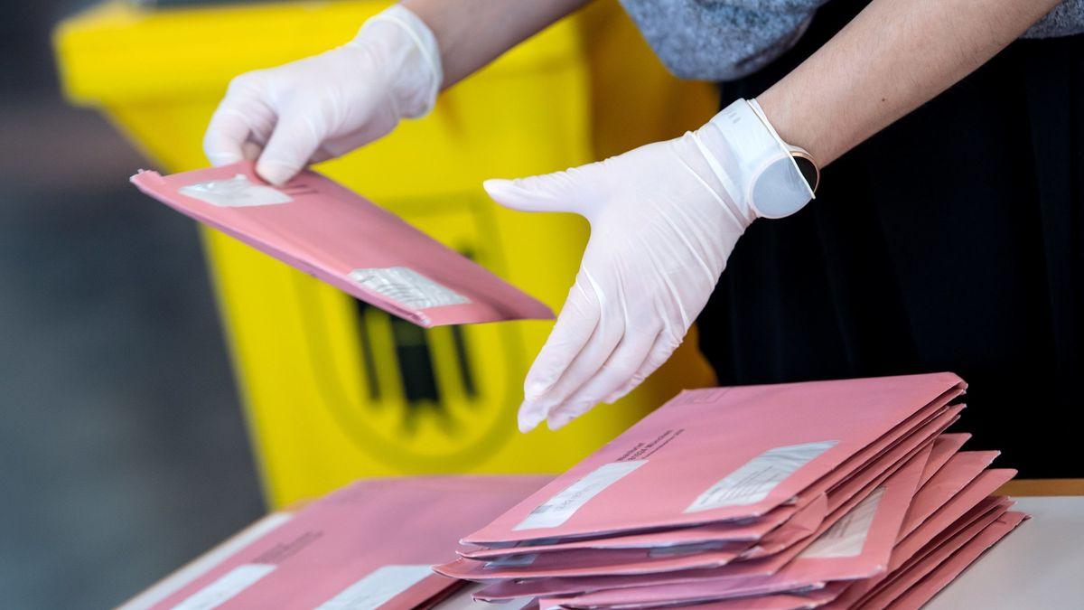 Auszählen der Briefwahlunterlagen - coronabedingt mit Handschuhen