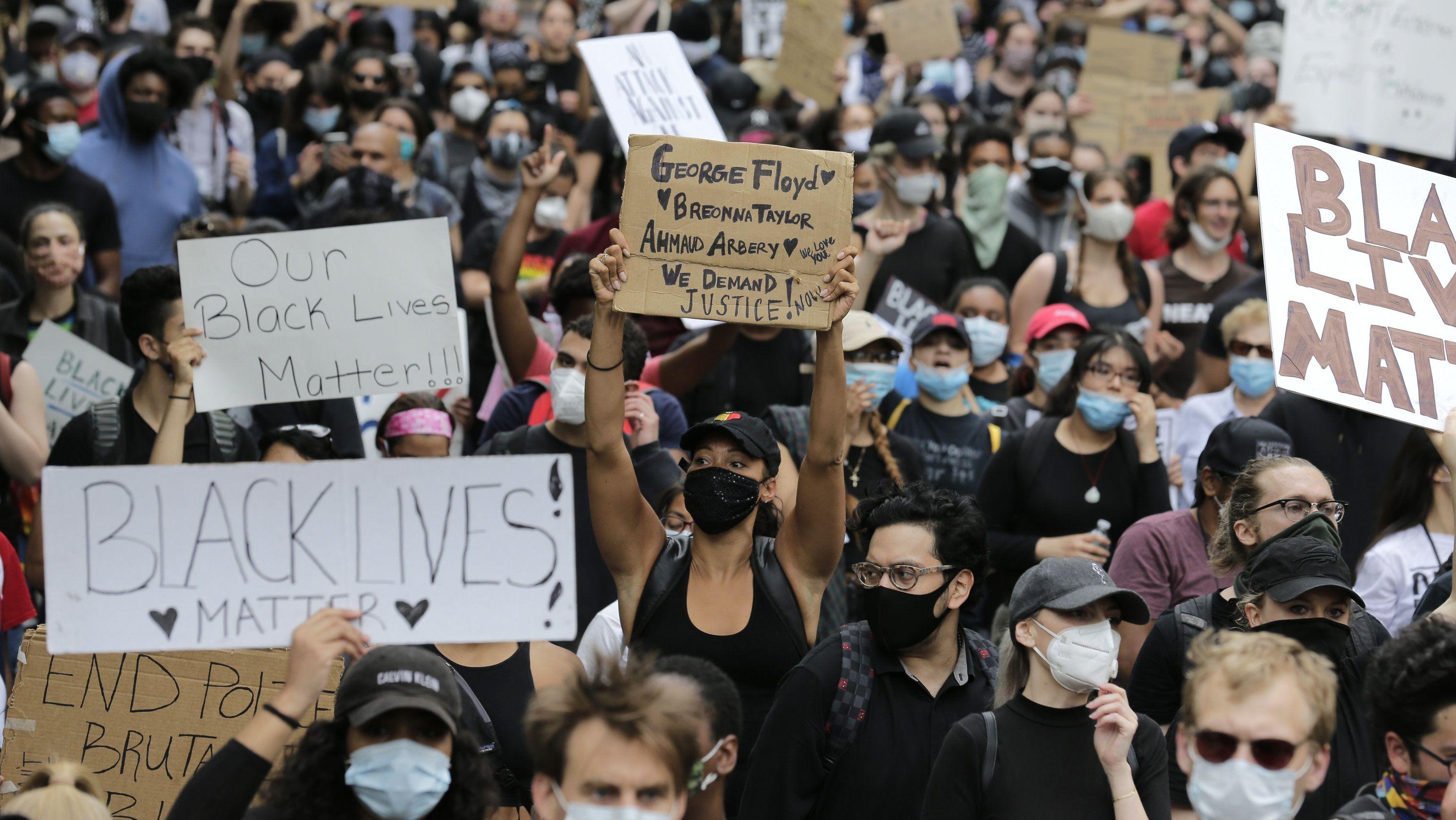 Protestmarsch in New York am 2.6.20 wegen des gewaltsamen Todes des Afroamerikaners Floyd durch einen weißen Polizisten