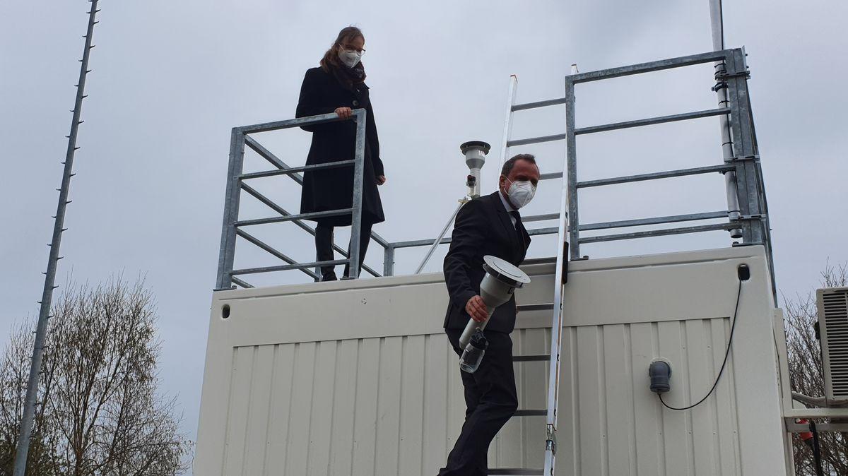Umweltminister Glauber und Professorin Nölscher auf der Messstation