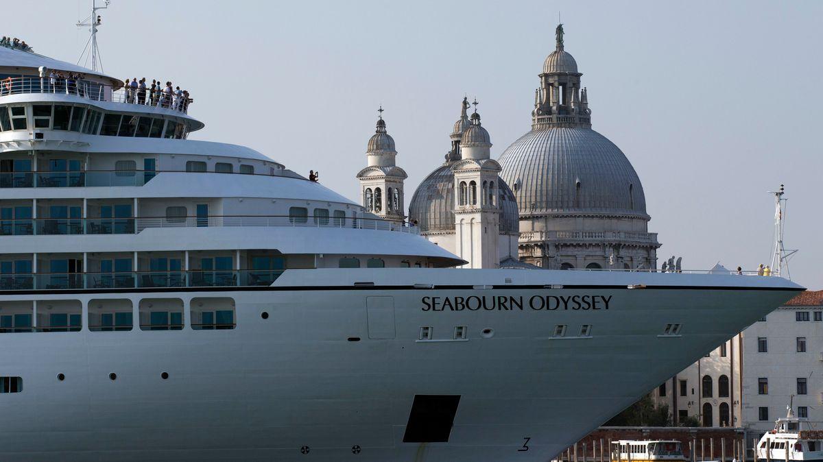 Ein Kreuzfahrtschiff fährt durch den Giudecca-Kanal vor dem Markusplatz in Venedig.