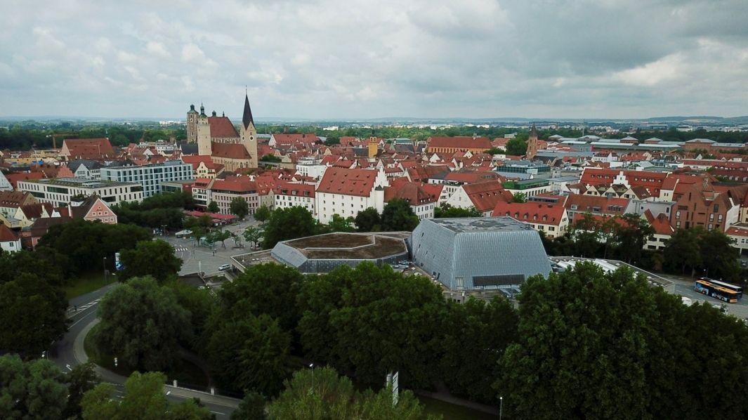 Stadtansicht von Ingolstadt mit Münster und Stadttheater.