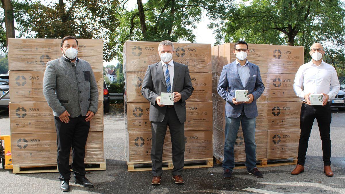 Landrat Peter Dreier bedankte sich bei der Firma SWS Medicare für die Maskenspende