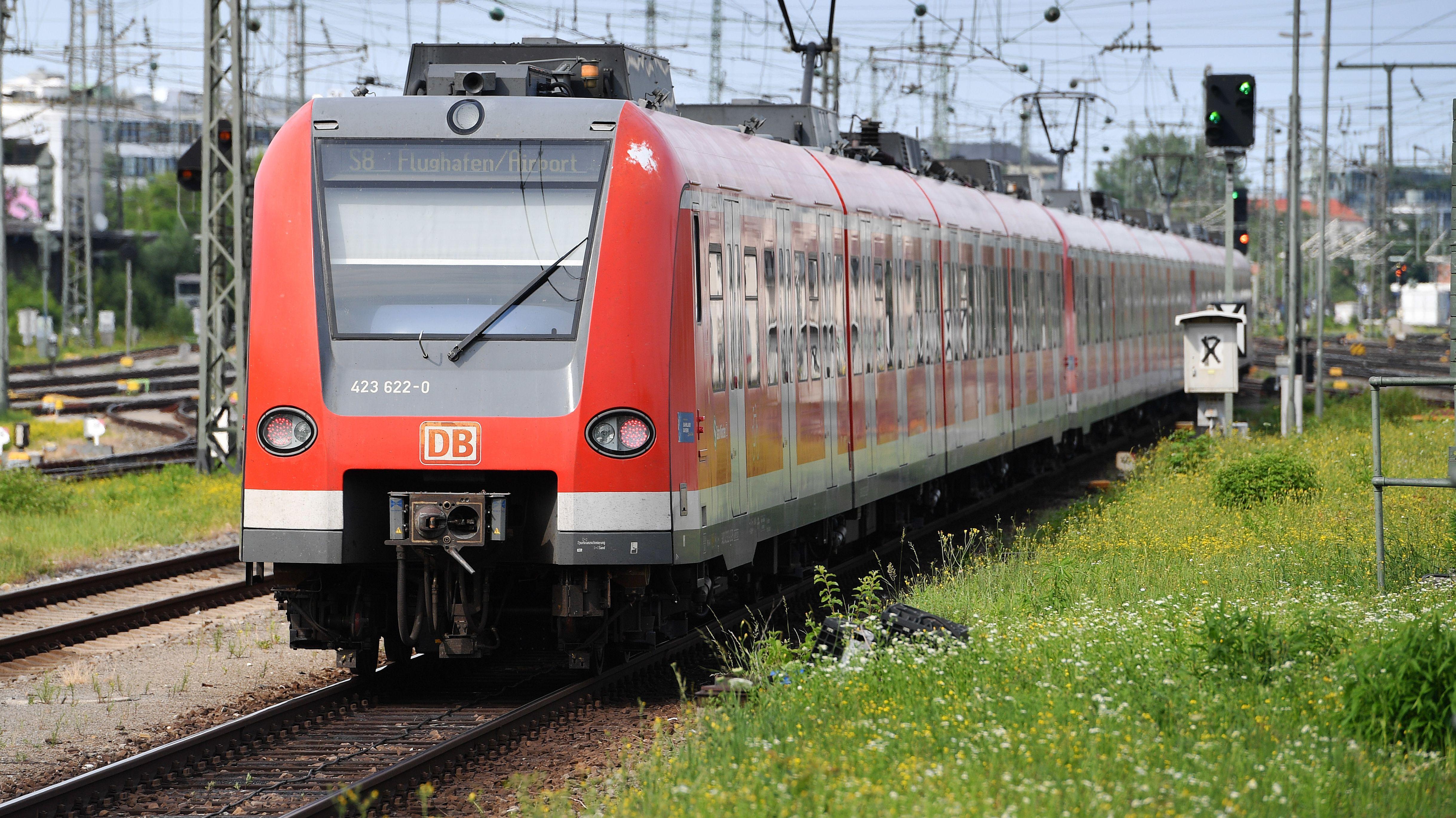 Symbolbild Münchner S-Bahnzug fährt in Bahnhof ein
