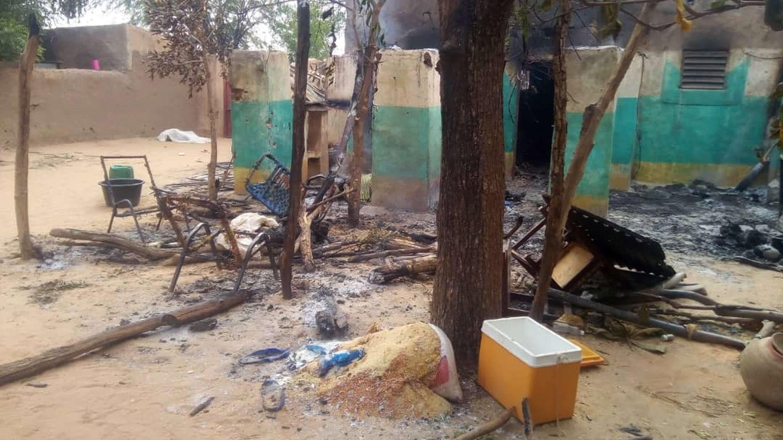 Verbrannte Trümmer liegen nach dem Angriff auf das Dorf in Mali auf dem Boden herum
