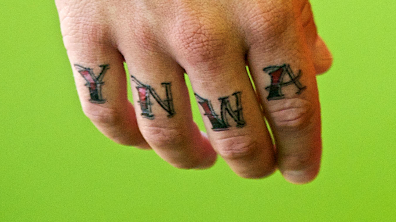 """Tattoo mit dem Kürzel YNWA für """"You Never Walk Alone"""""""