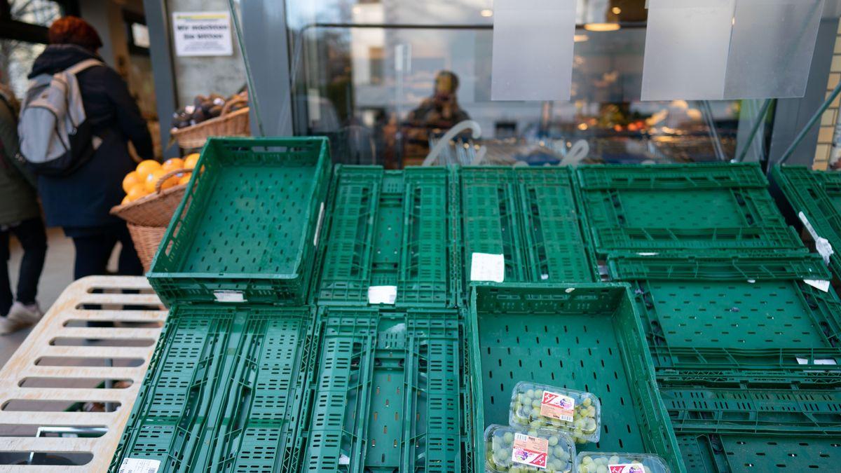 Obstkisten vor einem Supermarkt (Symbolbild)