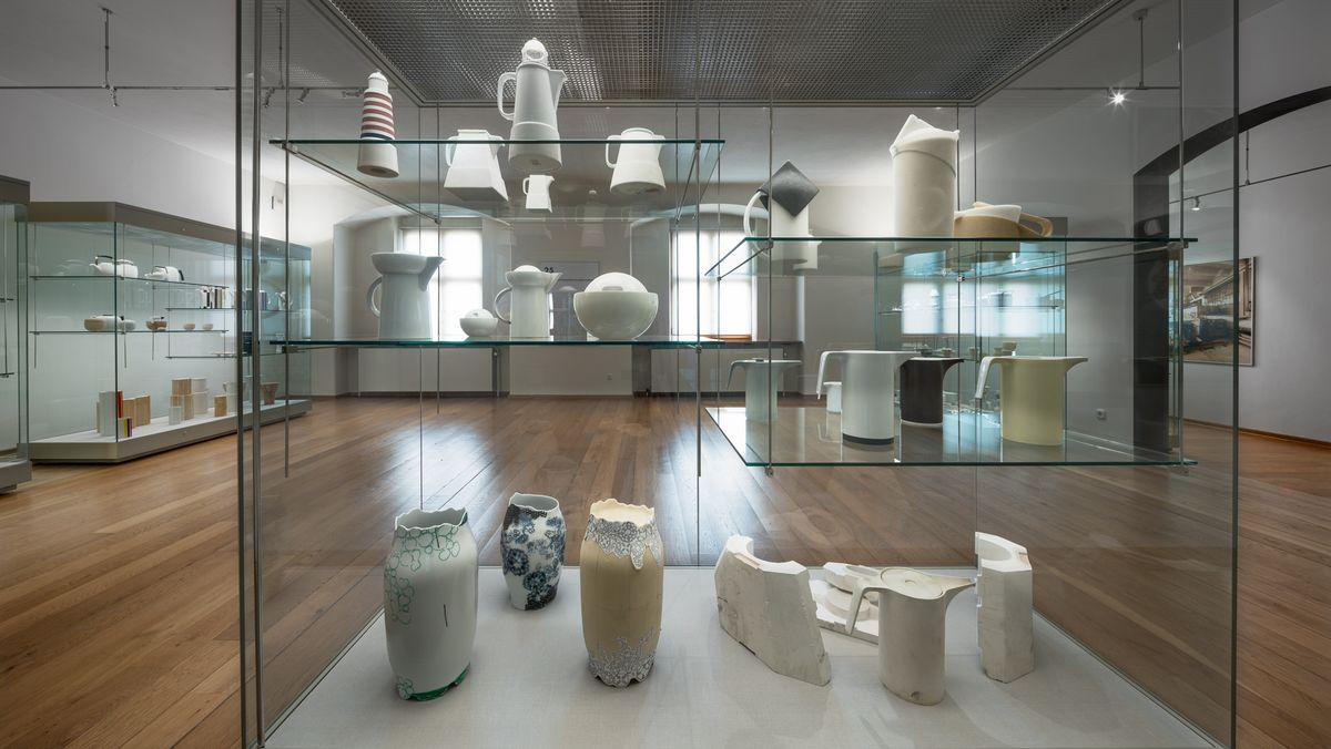 Verschiedene Keramiken stehen in einer Vitrine.