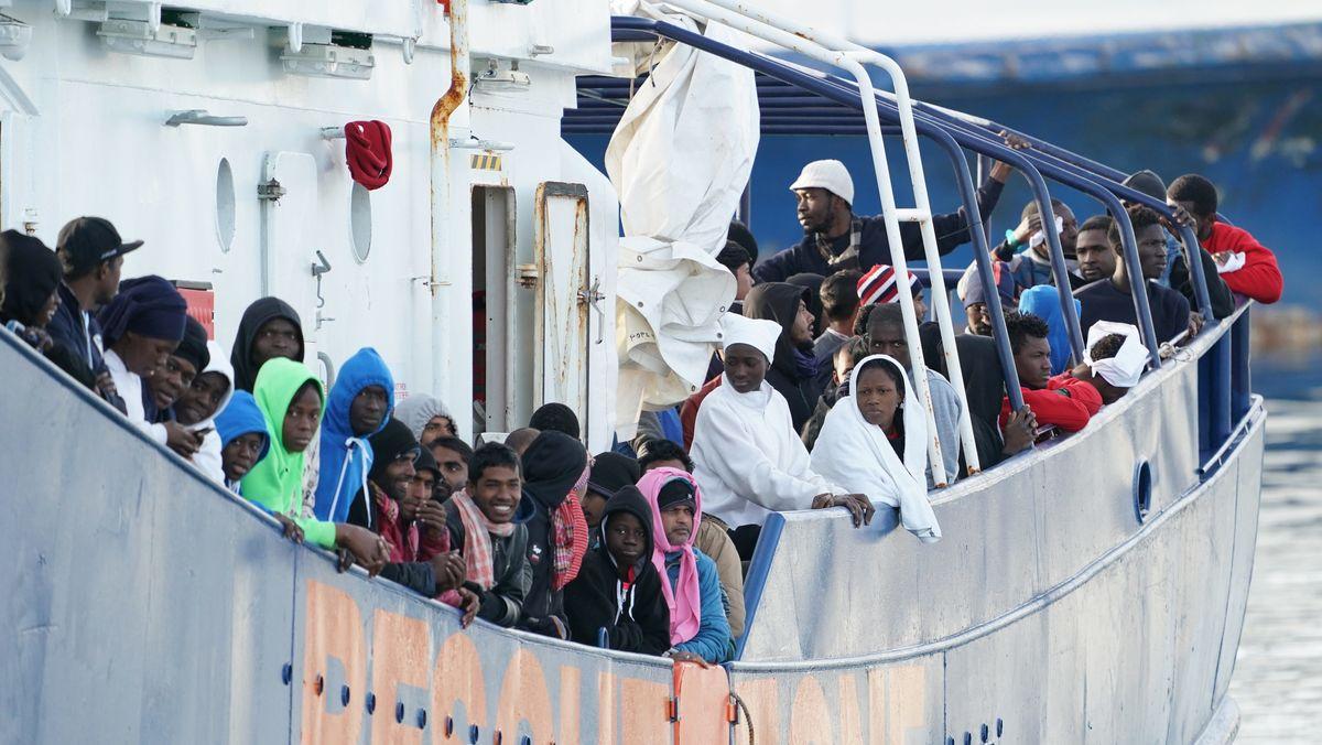 Afrikanische Flüchtlinge bei der Ankunft vor Sizilien