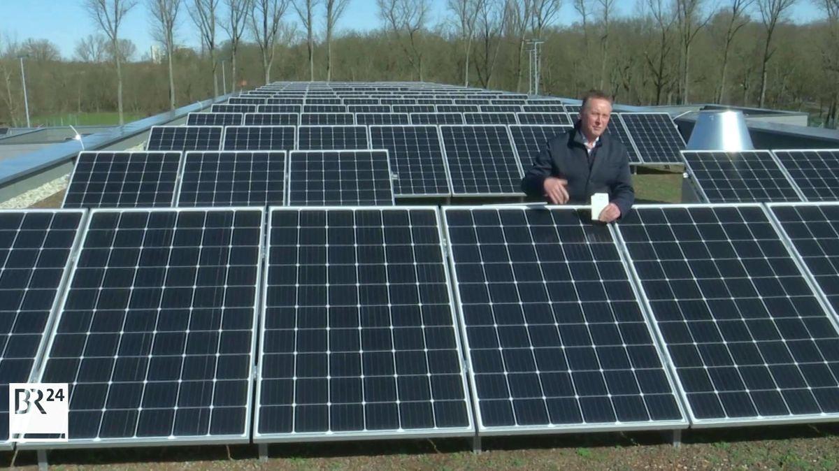 Der Fürther Oberbürgermeister Thomas Jung stellt die neue Photovoltaikanlage auf der Feuerwache vor