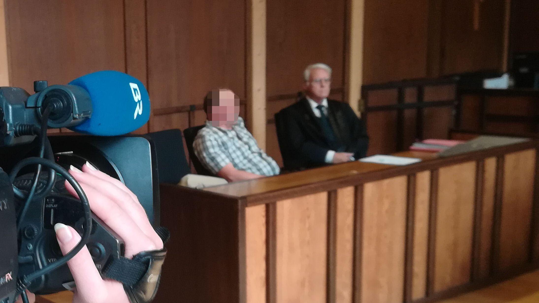 Der Angeklagte und sein Verteidiger im Gerichtssaal
