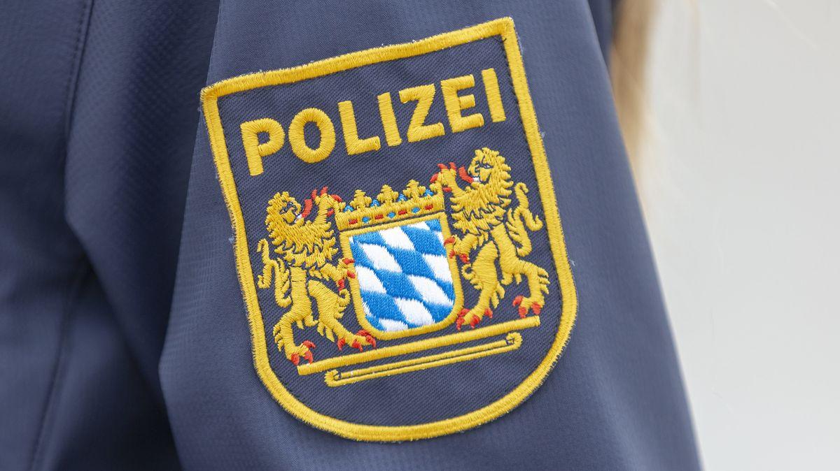 Symbolbild: Polizei-Logo auf einer Uniform
