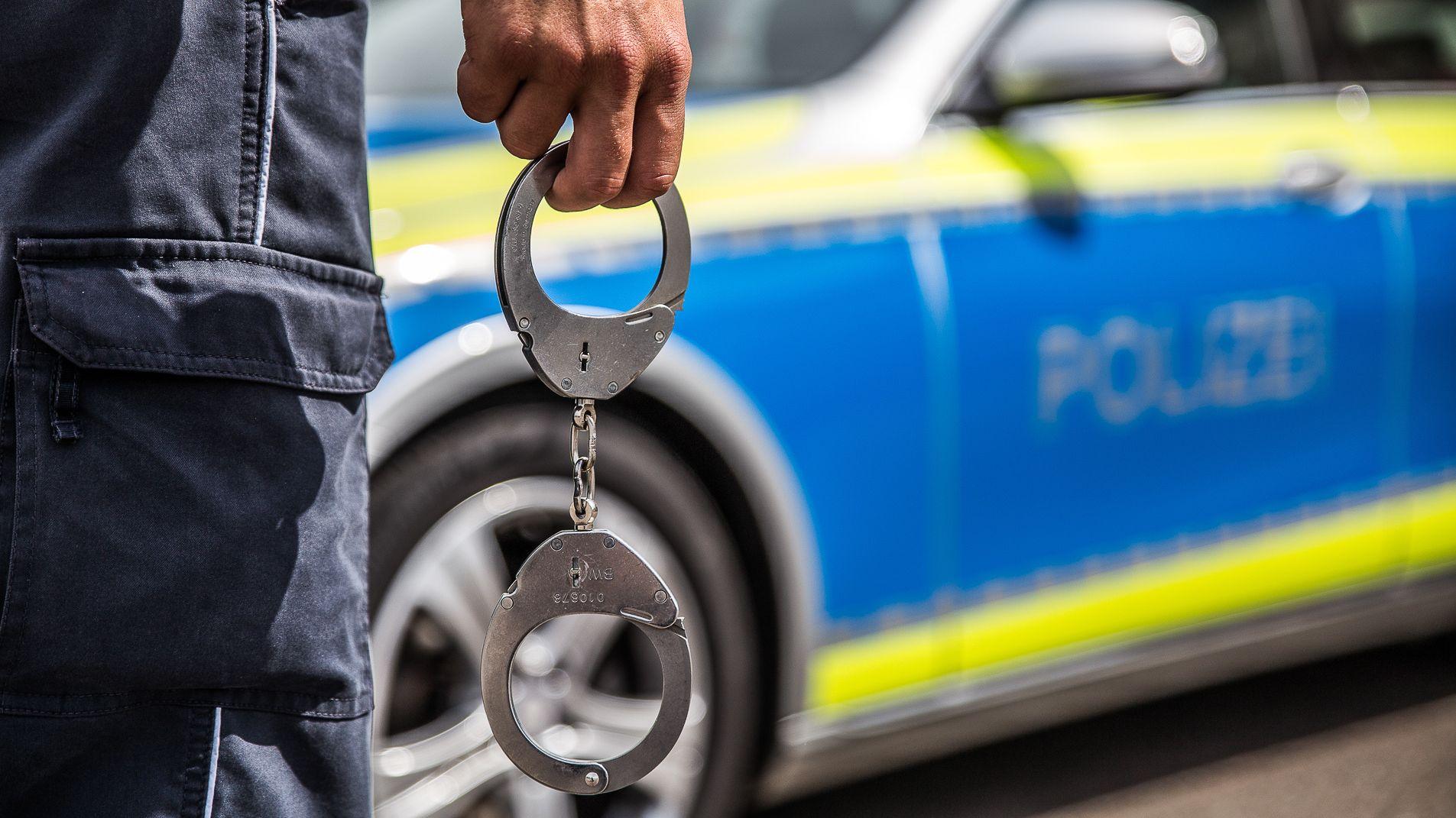 Symboldbild: Polizist mit Handschellen in der Hand