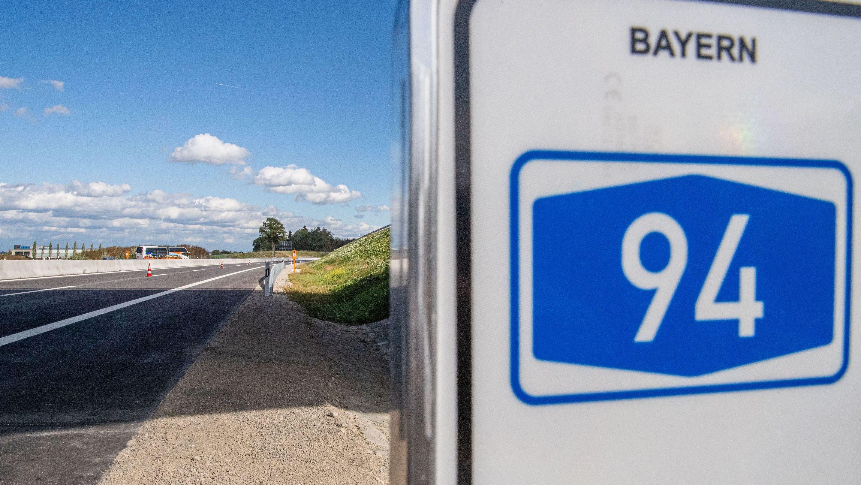 """Verkehrsschild mit der Nummer """"94"""" darauf entlang der frisch fertiggestellten Autobahn."""