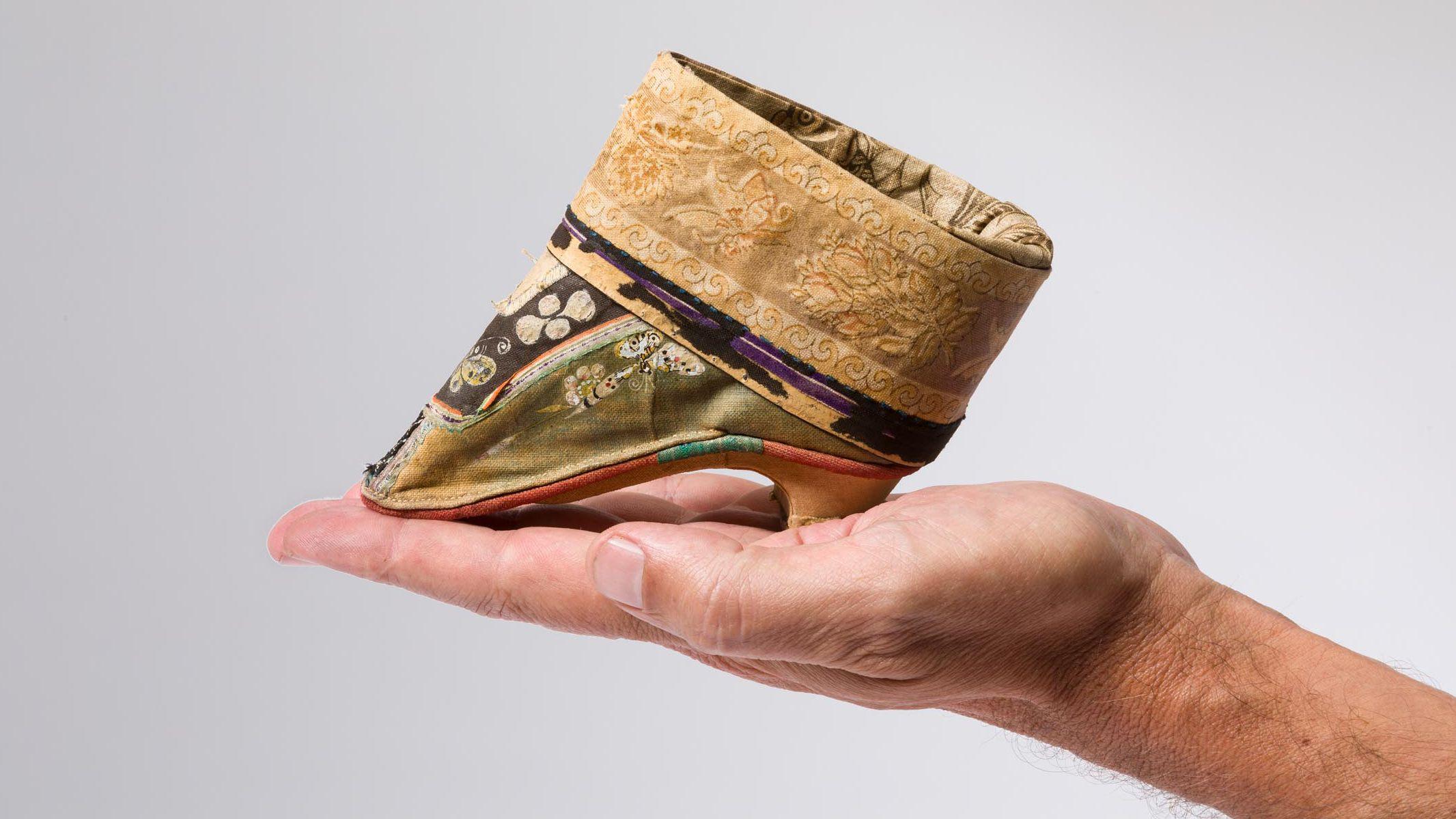 Für gebundene und geschundene Füße: Kinderhandgroße Schuhe für Lotosfüße, Ende 19. Jahrhundert