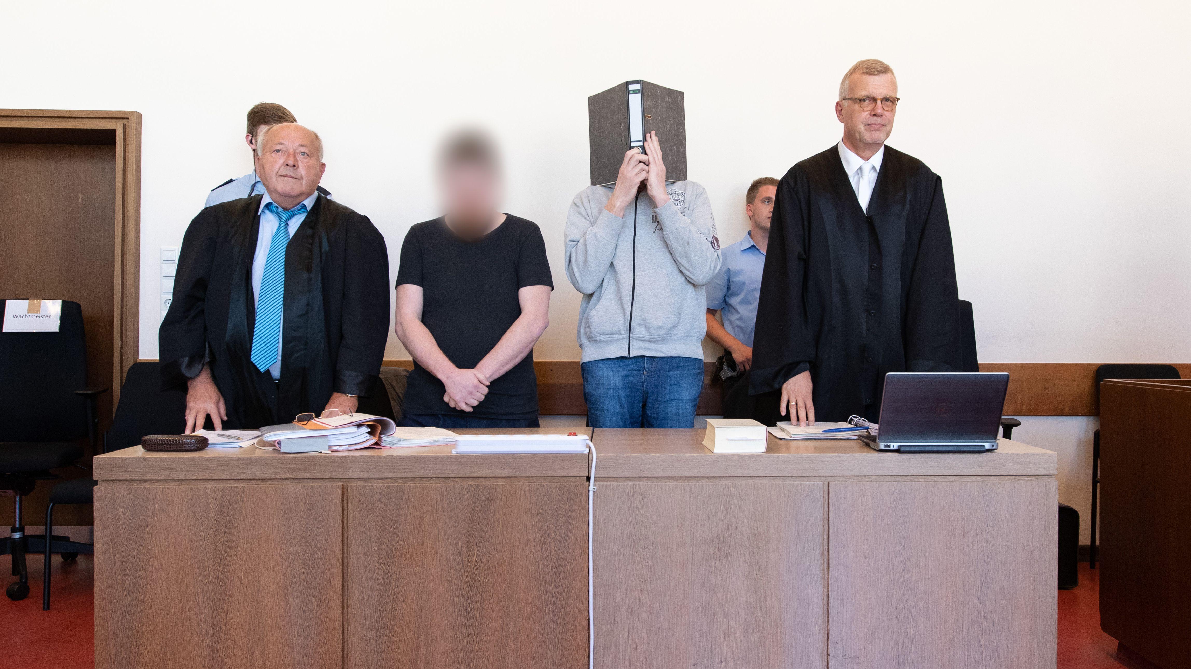 Die Angeklagte und ihre Verteidiger vor dem Landgericht Detmold
