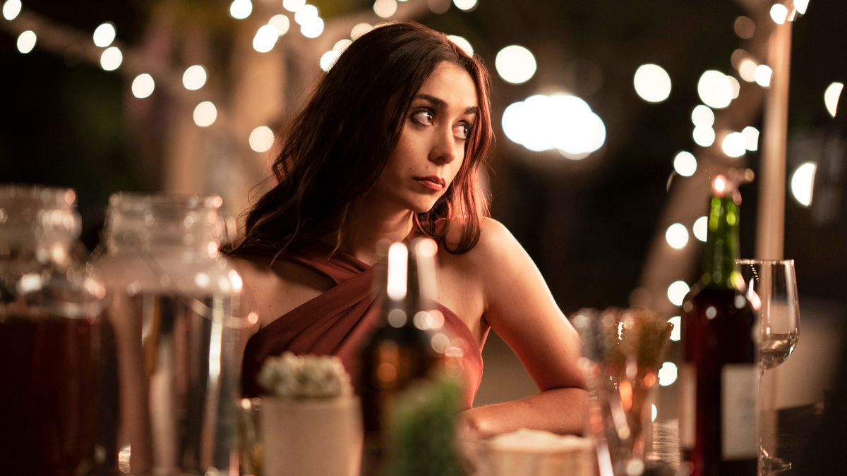 Frau an der Bar mit sehnsuchtsvollem Blick