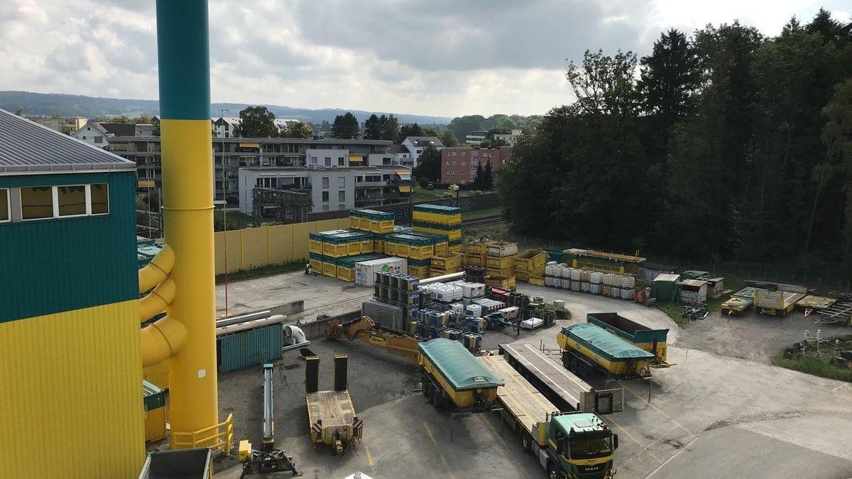 Fabrikgelände in der Schweiz mit Kamin im Vordergrund