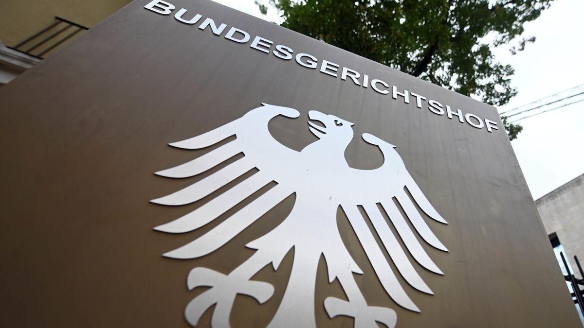 """Ein Hinweisschild mit Bundesadler und Schriftzug """"Bundesgerichtshof"""" ."""