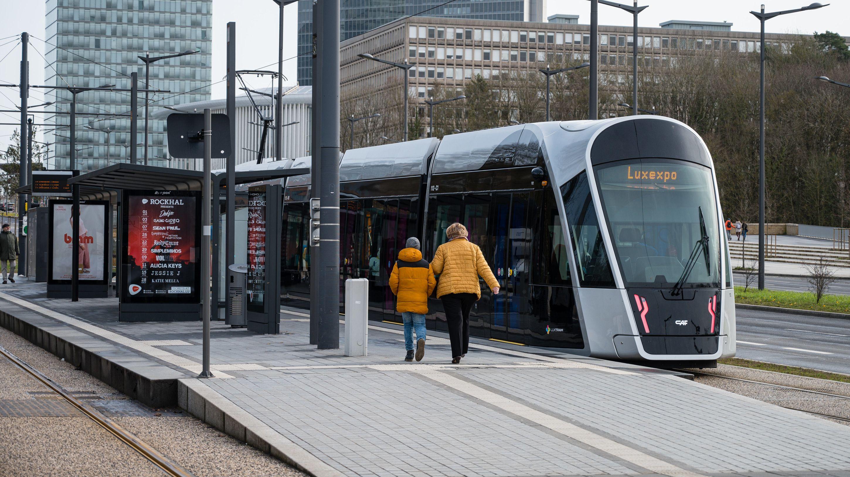 Eine Tram der Stadt Luxemburg steht an der Haltestelle Pfaffenthal-Kirchberg.