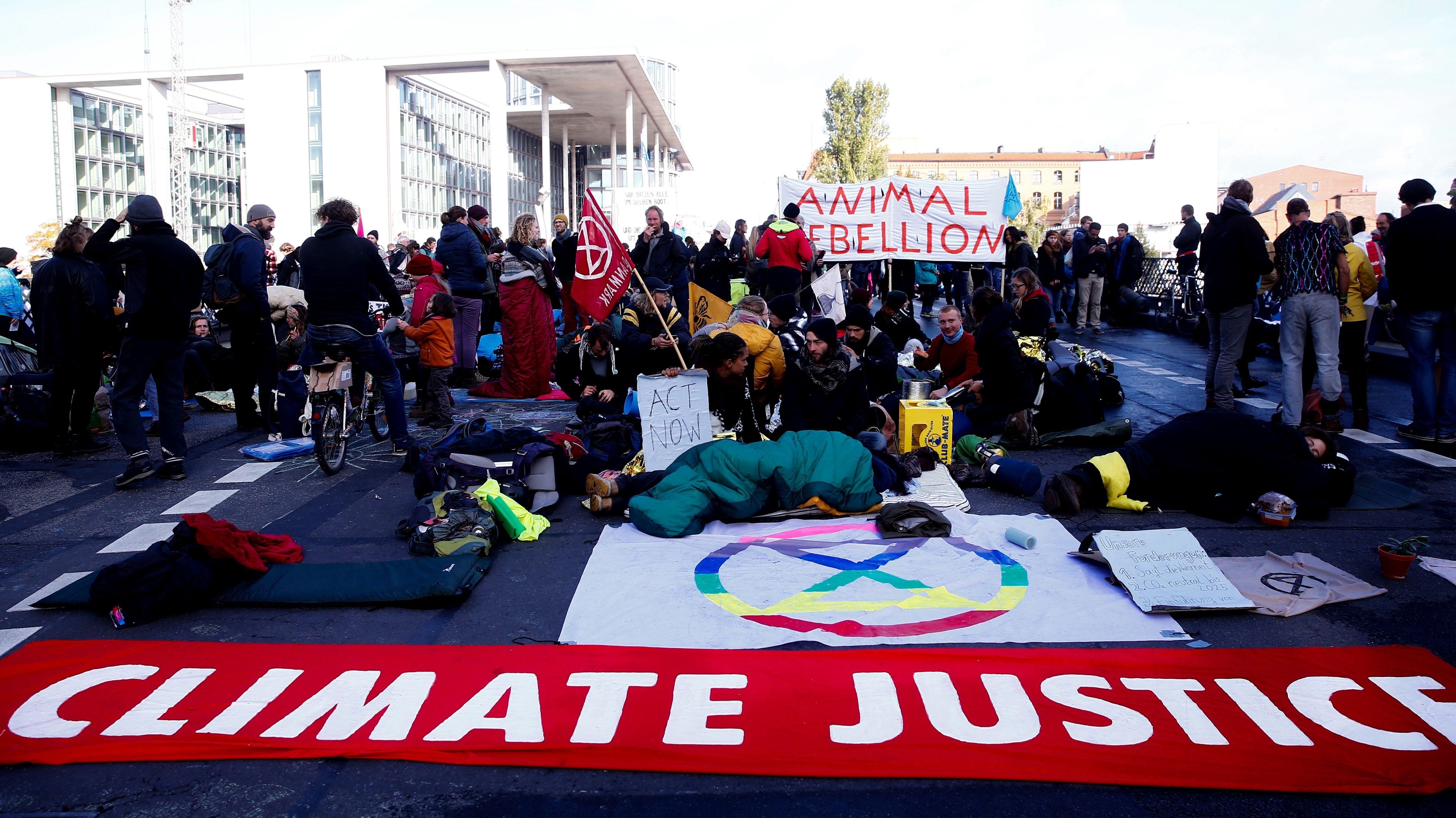 Umweltaktivisten der Gruppe Extinction Rebellion blockieren eine Straße in Berlin durch einen Sitzstreik.