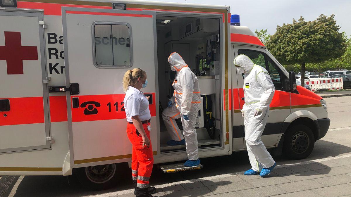 Die Besatzung des Infektmobils – jeweils ein diensthabender Arzt und zwei Sanitäter - trägt die komplette Ausrüstung, um sich und die Patienten vor einer Ansteckung zu schützen.