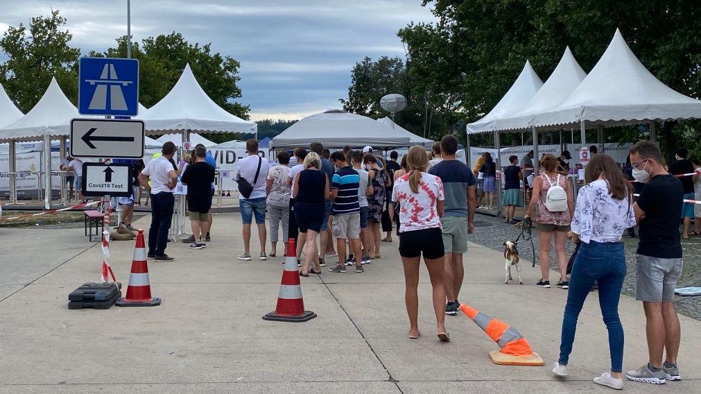 Lange Schlangen an der Eurofins-Teststation an der A3 in Passau am Wochenende
