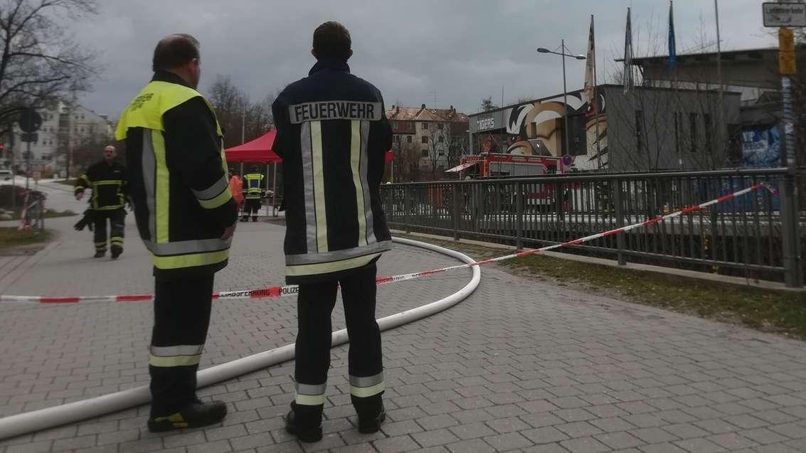 Einsatzkräfte vor dem Straubinger Eisstadion am Pulverturm