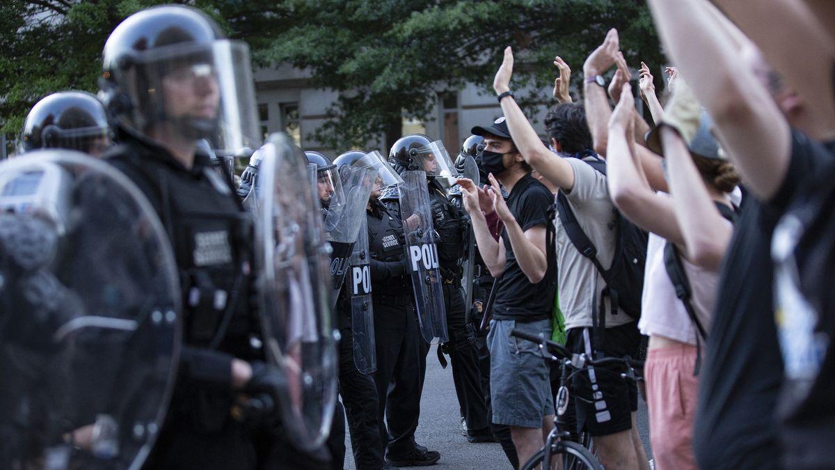 Demonstranten versammeln sich vor dem Weißen Haus in Washington.