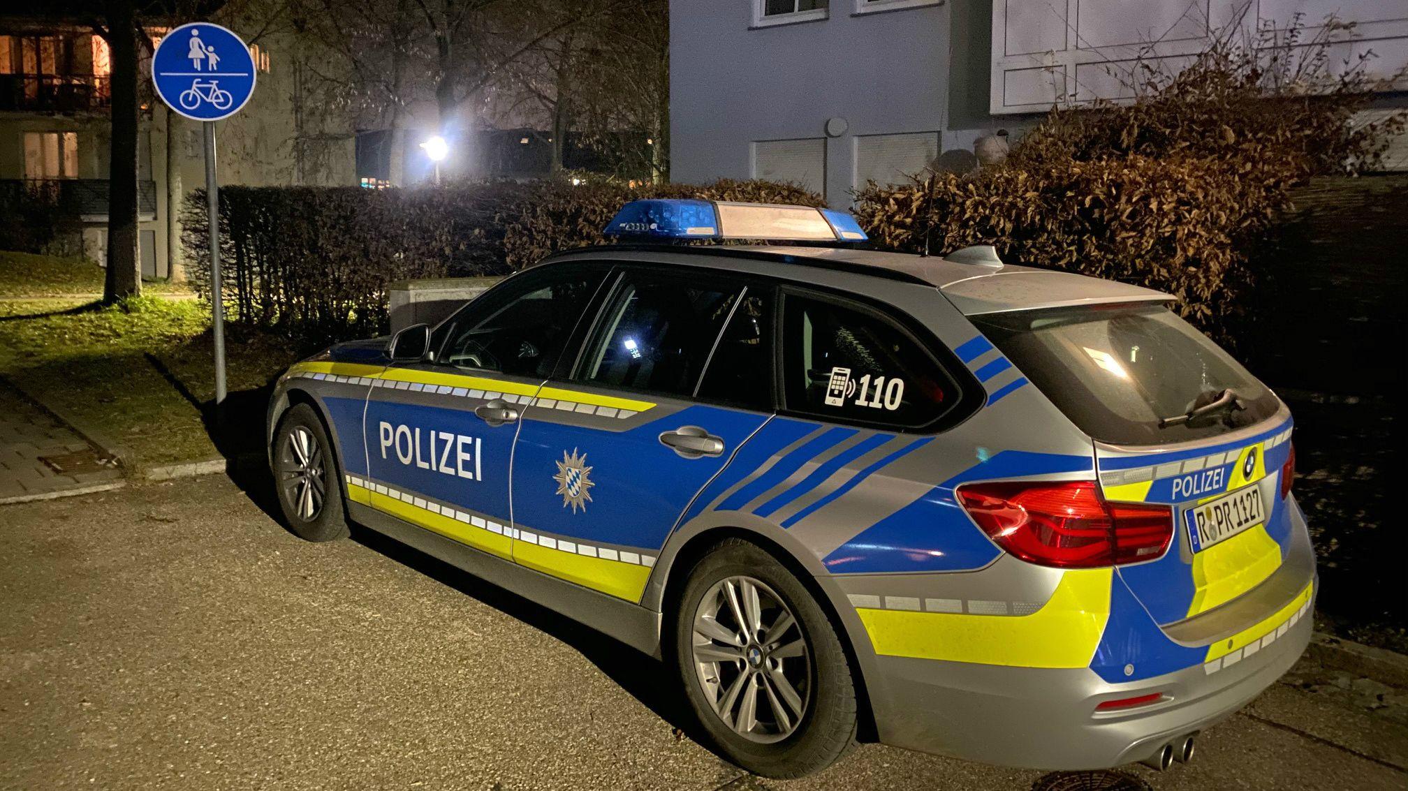 Polizeiauto steht am Tatort in Regensburg.