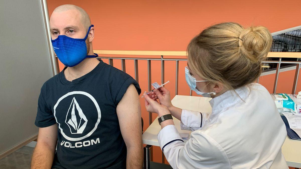 Ein Mann erhält eine Impfung in den Oberarm.