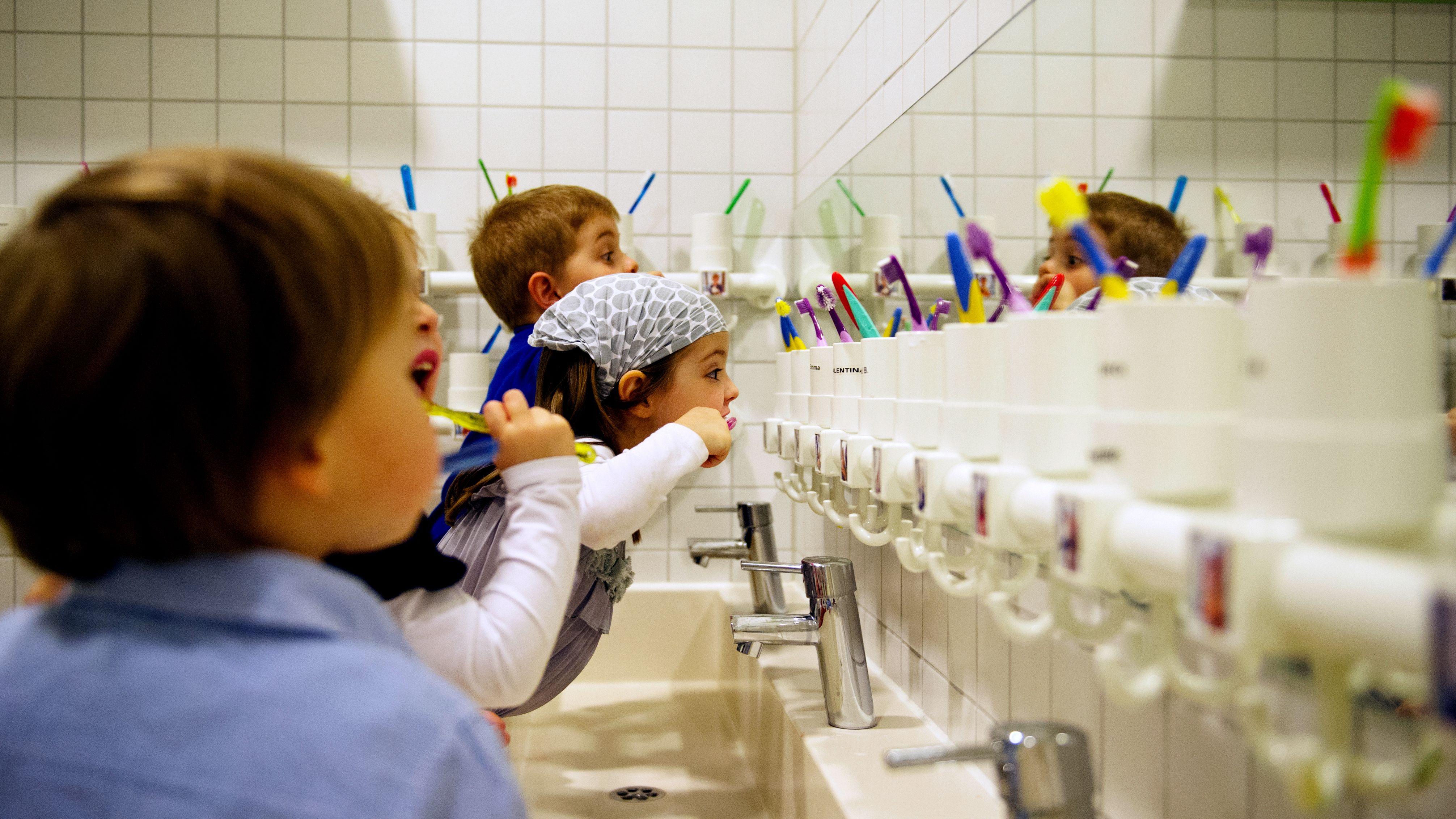 Mehrere Kinder putzen sich in einer privat geführten Münchner Kita die Zähne