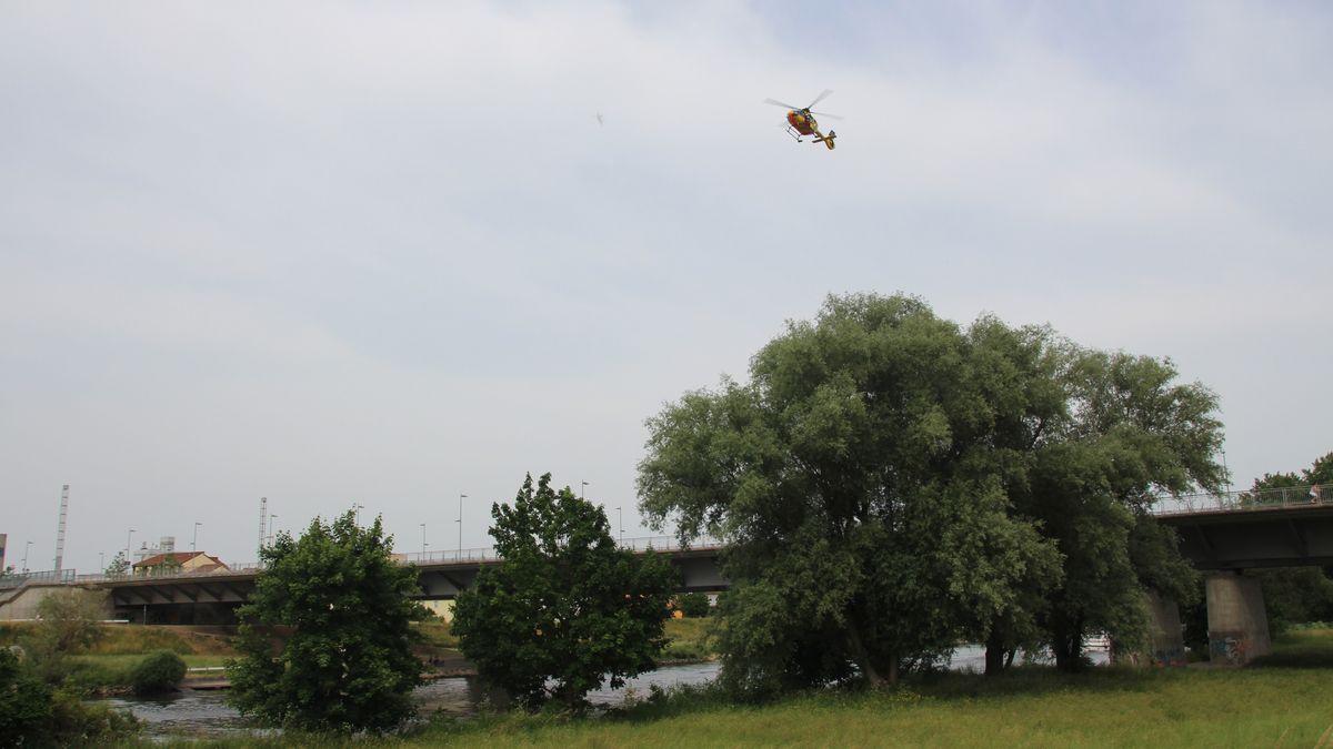 Bild von Hubschrauber über Brücke