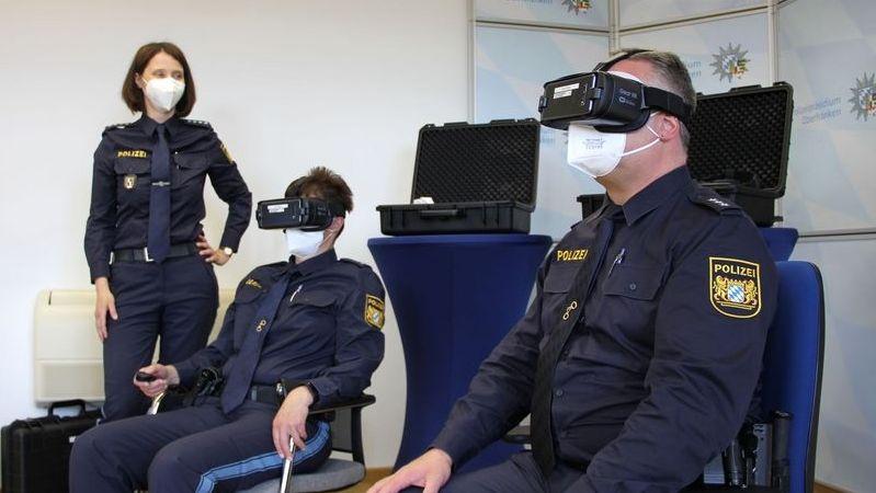 Polizisten testen VR-Brillen.
