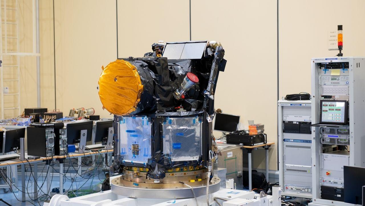 Weltraumteleskop CHEOPS bei der Montage in Madrid