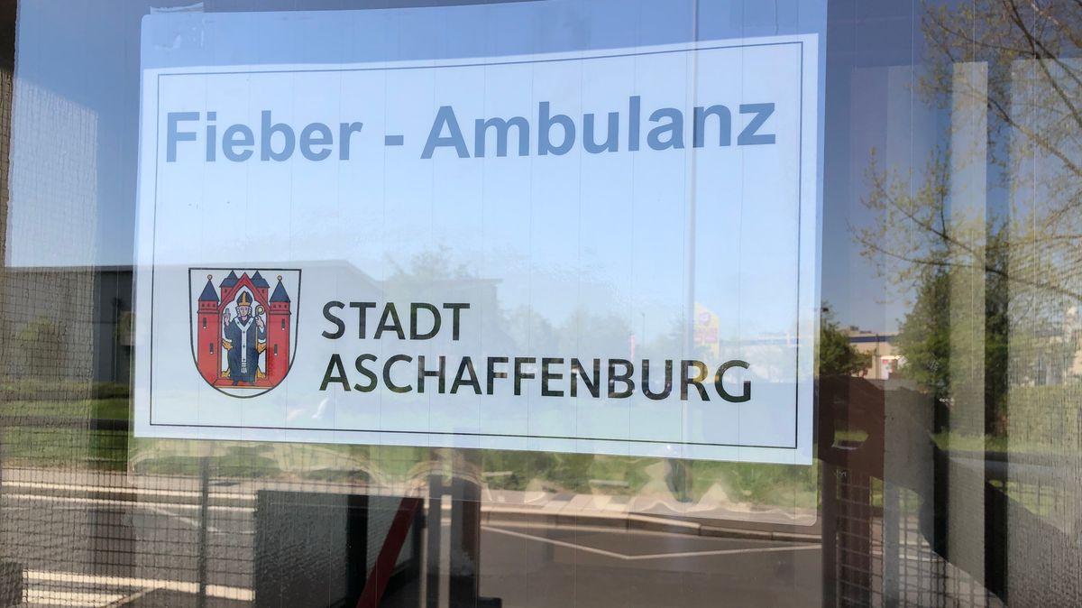 """Schild mit der Aufschrift """"Fieber-Ambulanz Stadt Aschaffenburg"""""""