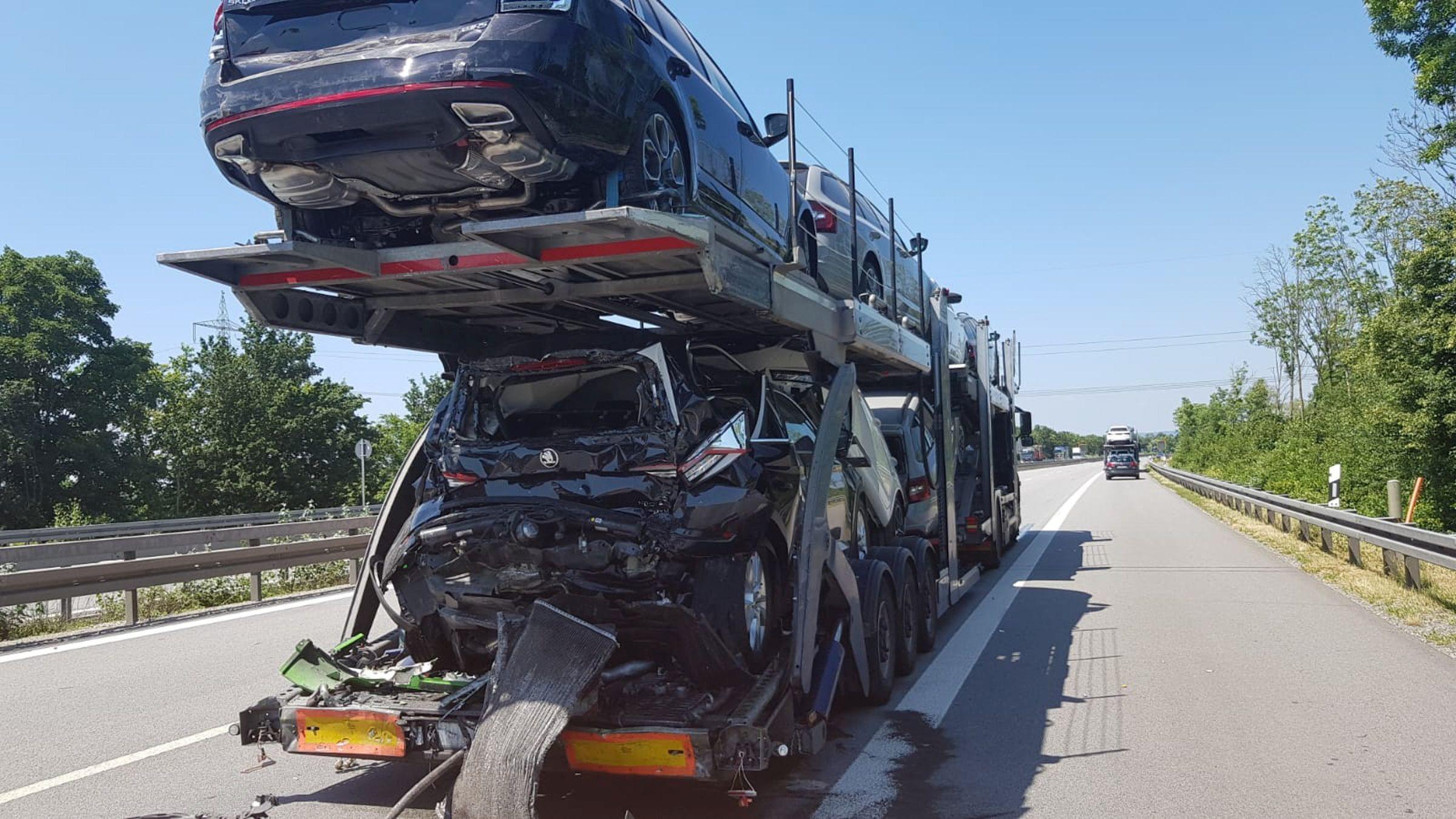 Der Autotransporter, auf den der Lkw aufgefahren war