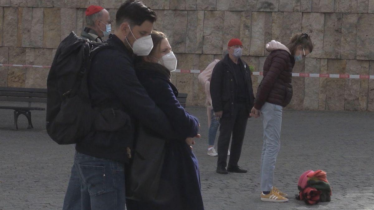Vor der Synagoge am St.-Jakobs-Platz haben rund 40 Menschen an den Anschlag in Halle vor einem Jahr erinnert.