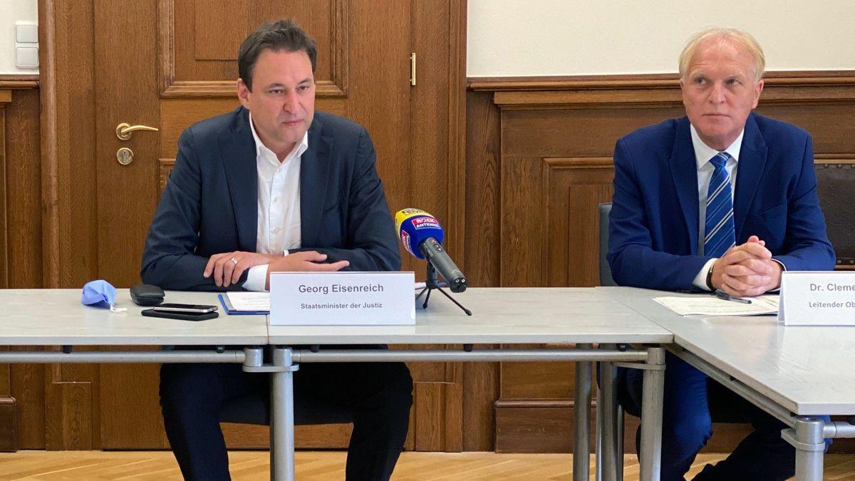 Justizminister Georg Eisenreichjje (li.) und der Chef der Regensburger Staatsanwaltschaft, Clemens Prokop.