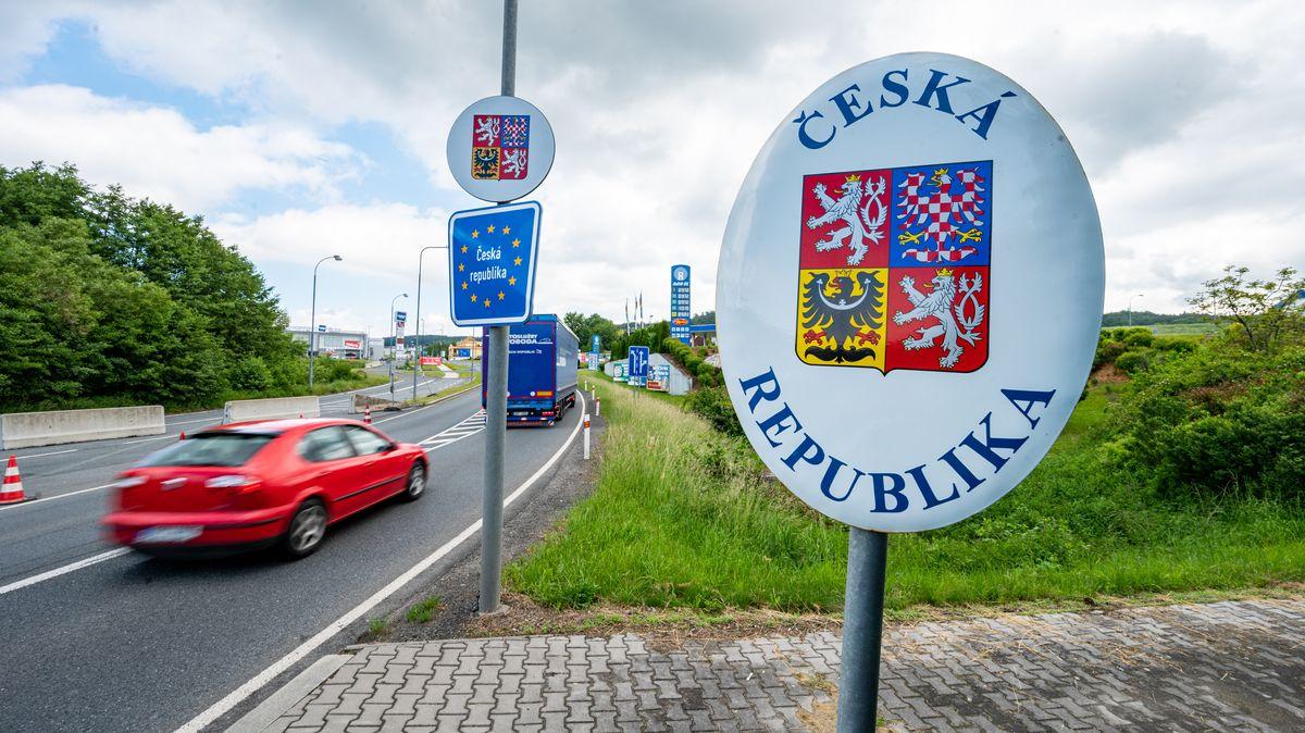 Autos fahren an der deutsch-tschechischen Grenze bei Furth im Wald Richtung Tschechien.