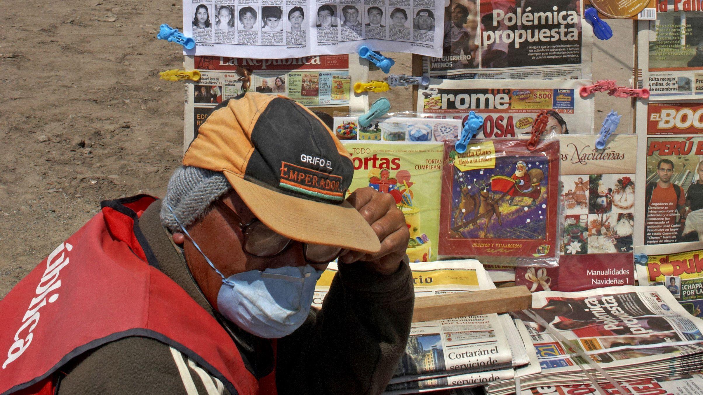 Mann am Zeitungsgestell