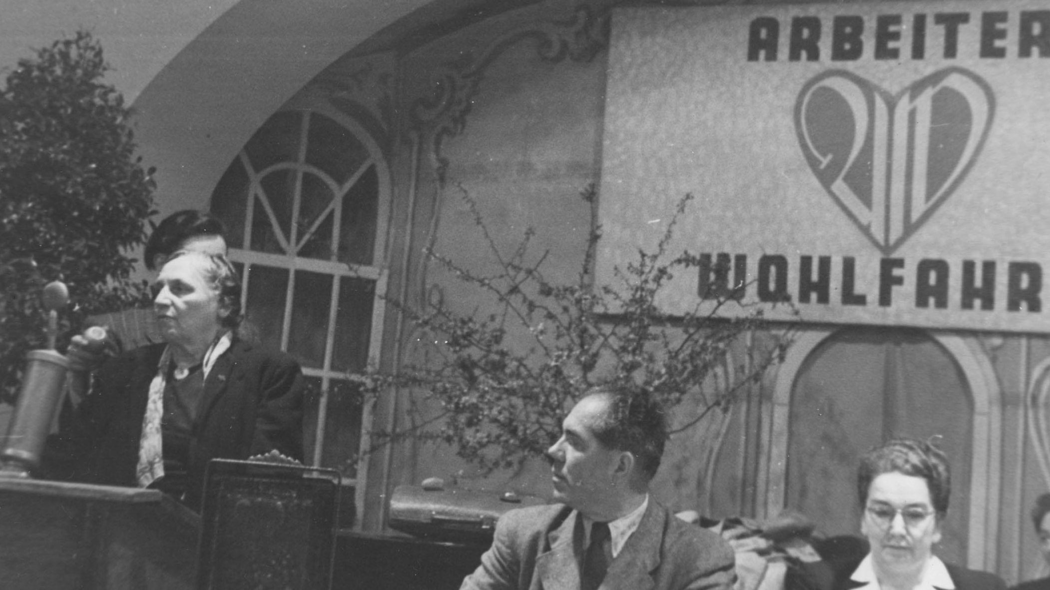 Marie Juchacz bei einer Rede zur Neugründung der AWO (circa 1947)