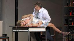 Paul kommt Marietta näher - oder ist es nur Fantasie? | Bild:Wilfried Hösl/Bayerische Staatsoper München